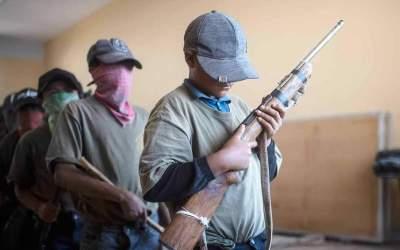 Niños cierran libros y toman armas para defenderse de narcos