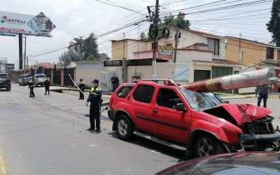 Vehículo se empotra en poste del tendido eléctrico en la zona 9 de Xela