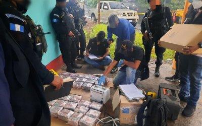 Más de Q 3 millones incautados escondidos en dos vehículos, hay tres personas capturas