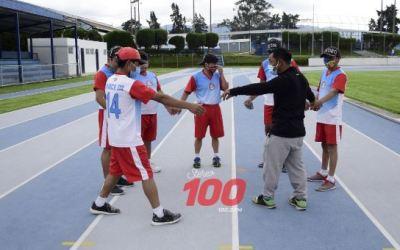 Recauda zapatos deportivos para apoyar a un grupo de atletas con discapacidad