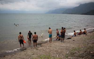 Se entrenan en el lago de atitlán para salvar vidas