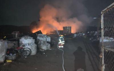 Bomberos sofocan incendio en recicladora