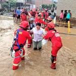 60 bomberos de Lima viajaron y atendieron damnificados en Piura