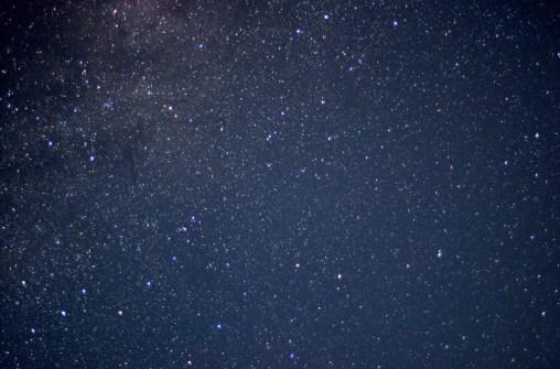 Sternfelder mit der Dunkelwolke Barnard 168 in der linken Bildhälfte
