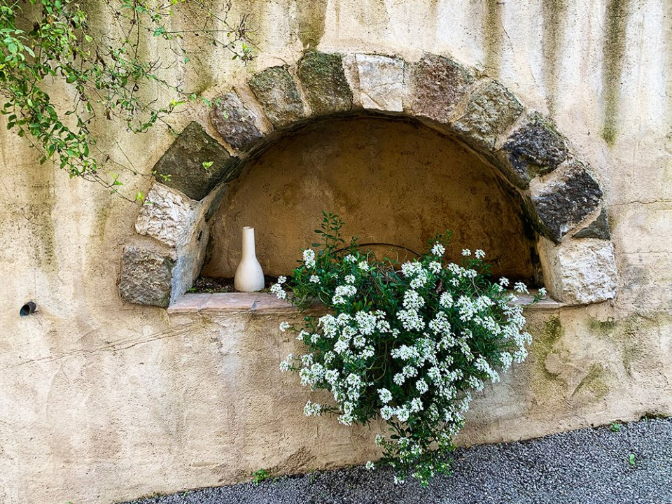 Steve & Carole in Vence - A small alcove in the wall in Villeneuve-Loubet.