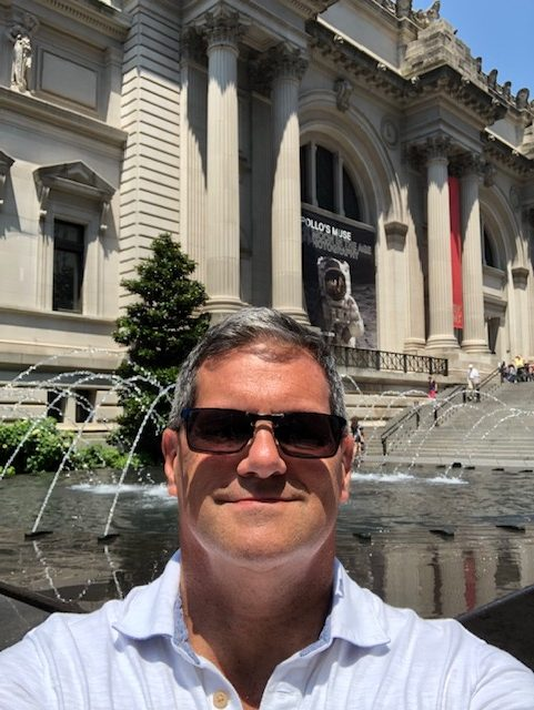 Selfie in front of a fountain in front of the museum
