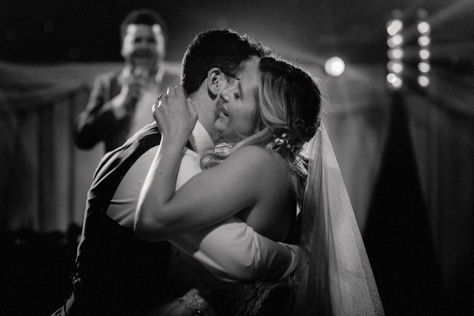 first dance embrace , lionel ritchie in the background