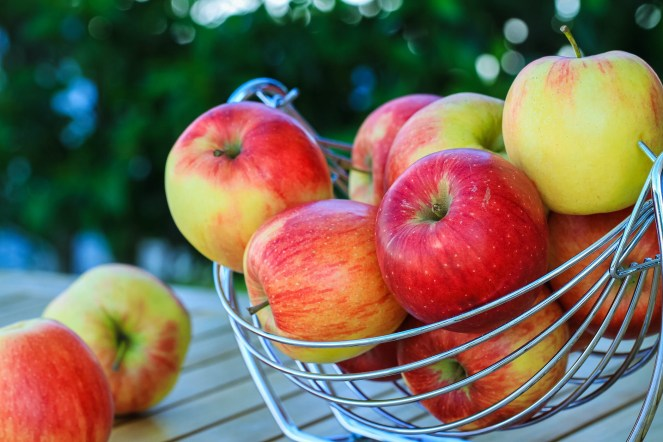 Alternatives to Apple Bobbing - These are some alternatives for those who want to enjoy the spirit of apple bobbing without spreading germs. #AppleBobbing