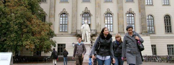 """Studenten verlassen am Montag (12.10.09) das Hauptgebäude der Humboldt-Universität in Berlin. Die älteste Berliner Hochschule feiert 15 Monate lang ihr 200-jähriges Bestehen. Eine reine Jubelarie soll es nicht werden. Die Universität blickt auch auf eine gebrochene Geschichte in zwei Diktaturen zurück. Foto: Alina Novopashina dpa/lbn (zu dpa-Korr.: """"Modell, Mythos und Makel: Humboldt-Uni wird 200"""" vom 12.10.2009) +++(c) dpa - Bildfunk+++"""
