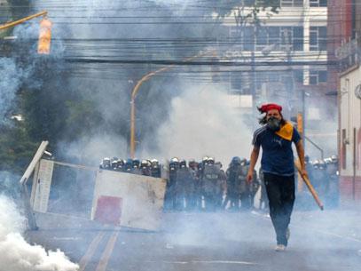 Baderneiros e agitadores, os seguidores do comunismo não perderam tempo e partiram para as agressões contra os representantes da lei e da ordem.