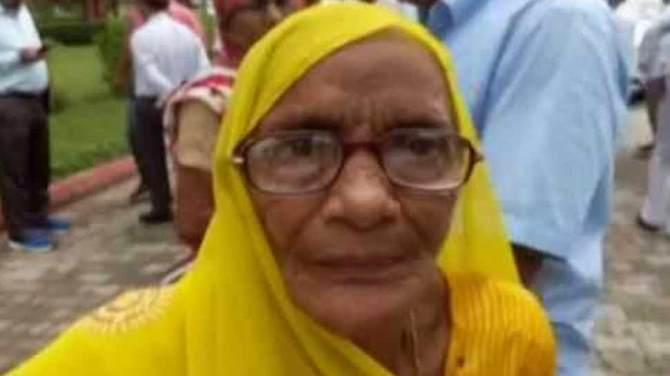 जब न्याय के लिए अफसरों के कदमों में लिपट गई 80 साल की महिला, लेकिन 'बाबू साहब' को नहीं आई दया