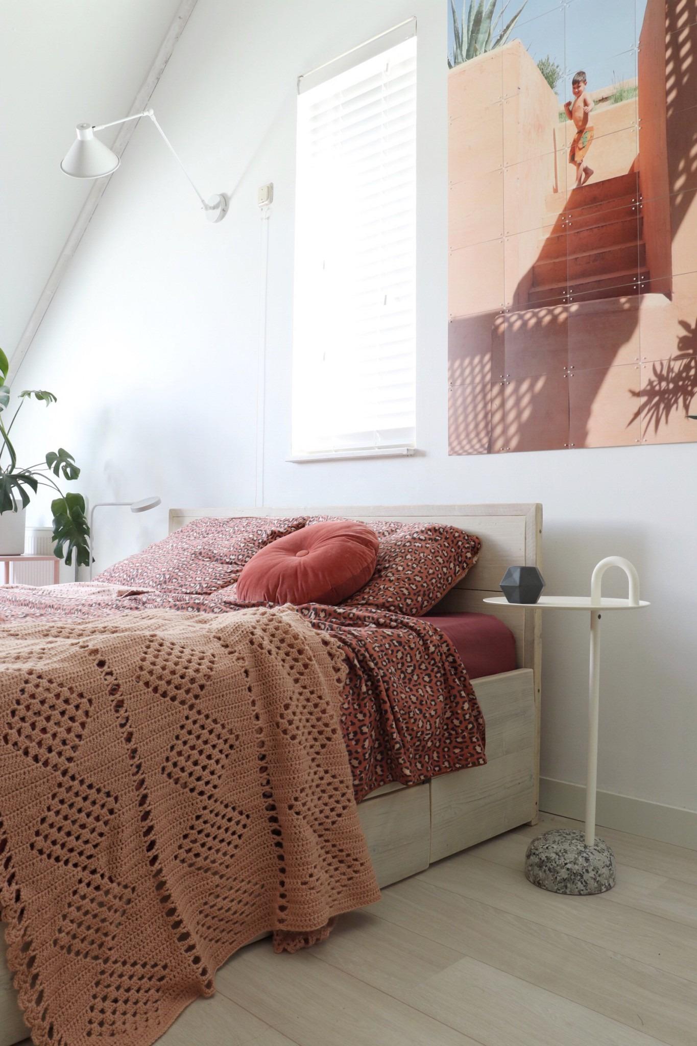 Een Bijzettafel van Hay in een Scandinavische en Boho slaapkamer.