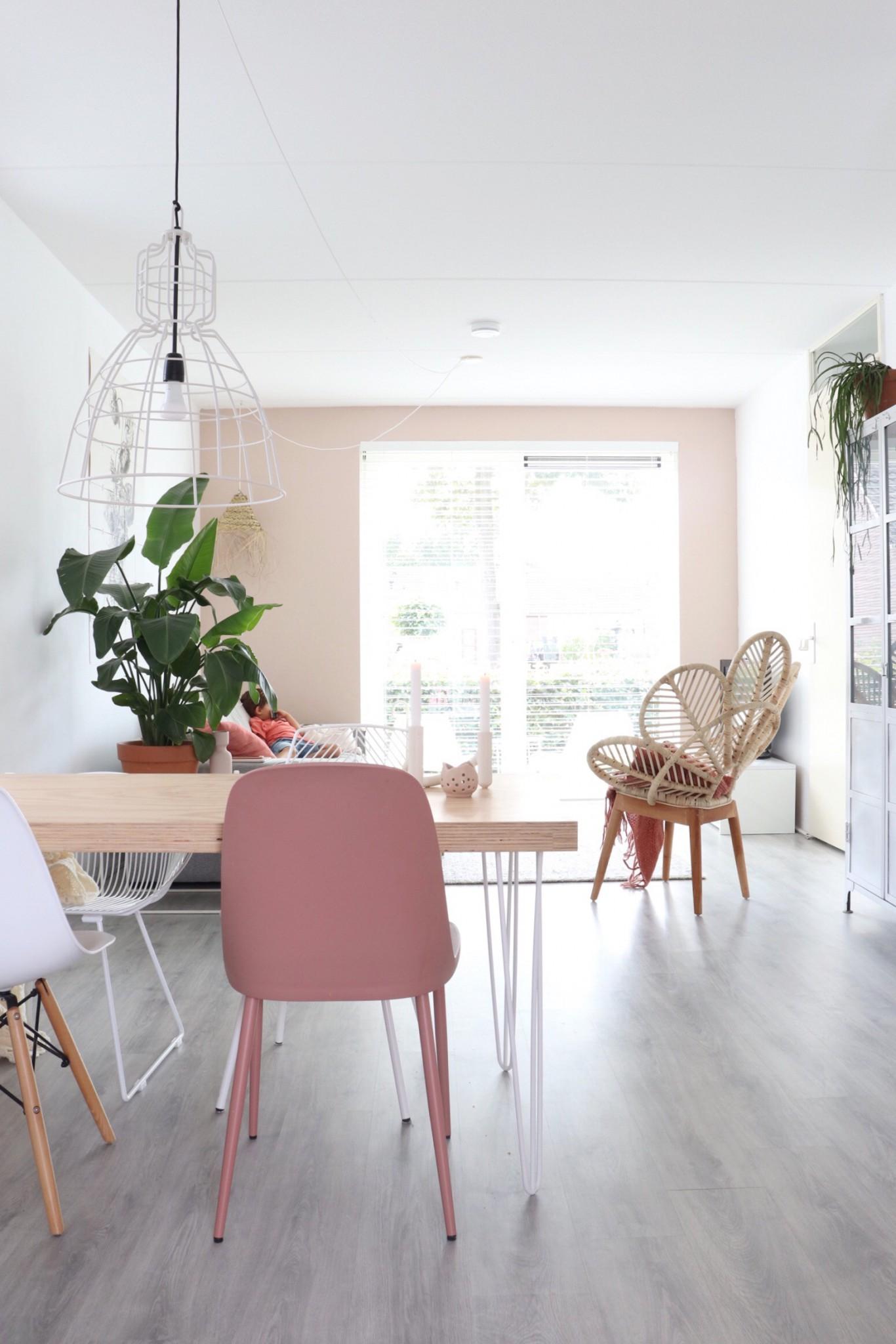 Woonkamer met een roze muur voor extra diepte en sfeer