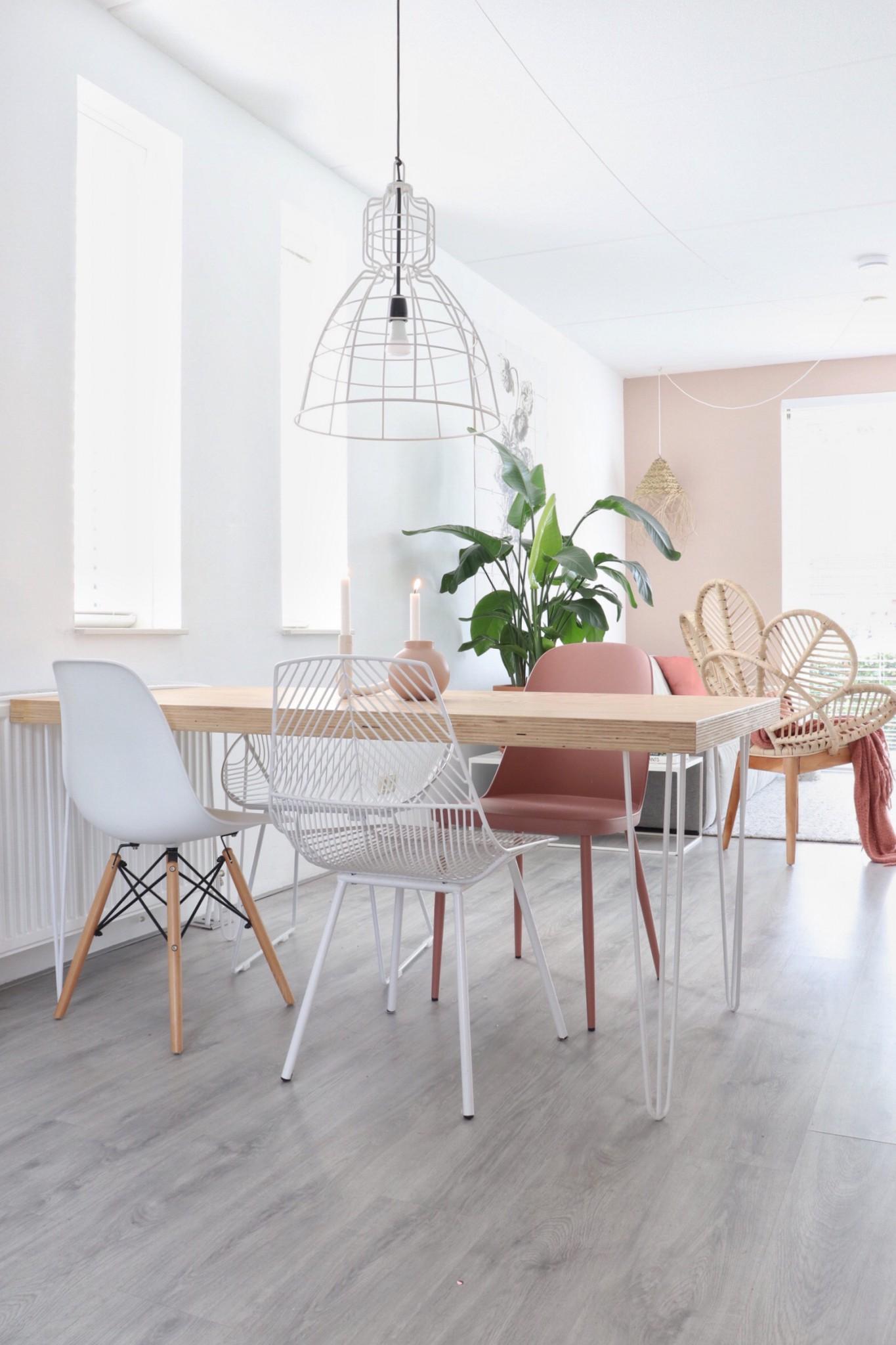 rechthoekige eettafel in een kleine woonkamer