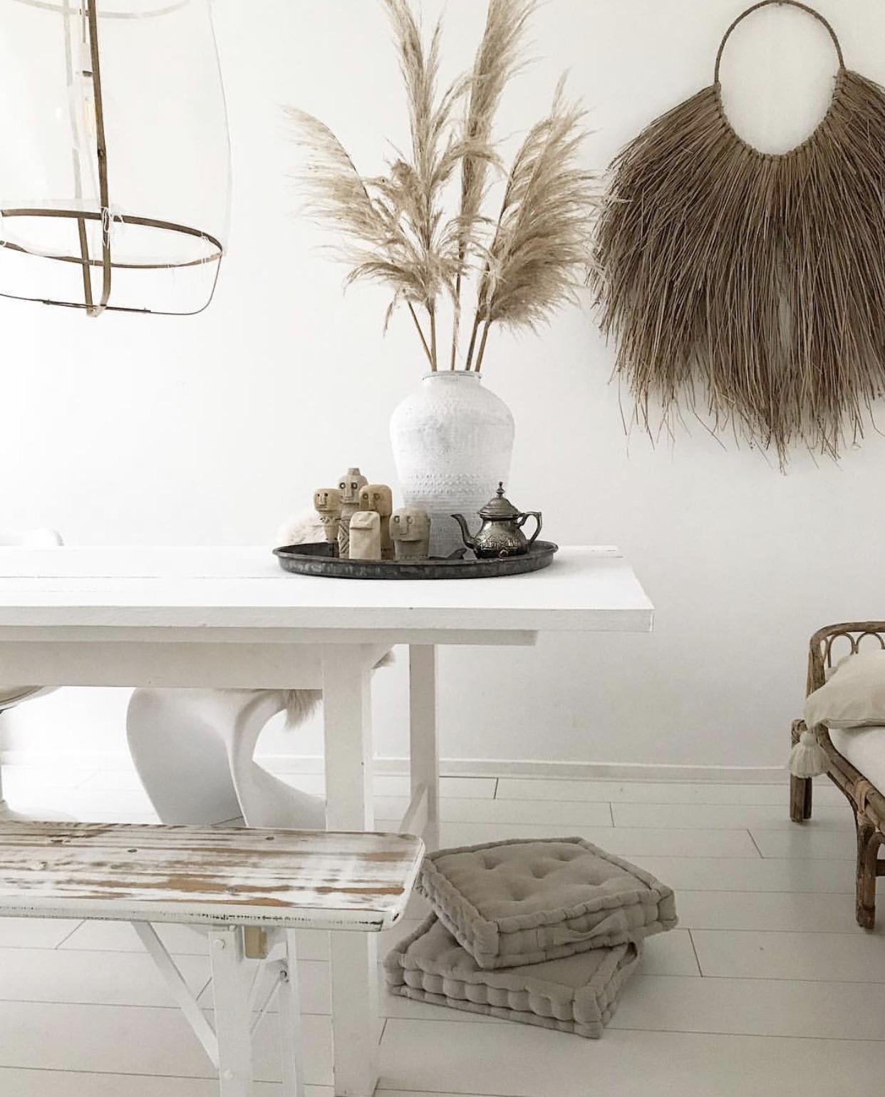 mooie pampasgras op de tafel in het interieur van Dewi