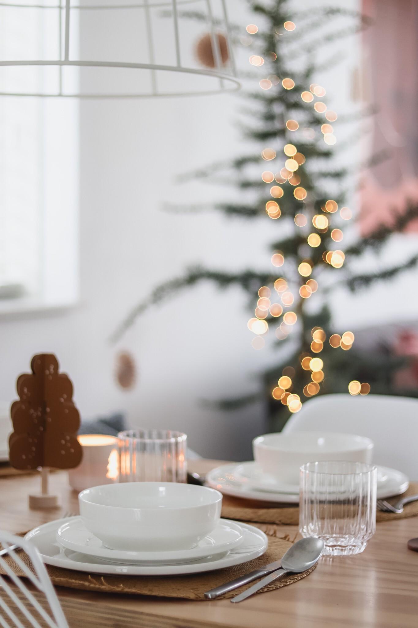 Minimalistische kersttafel met wit servies