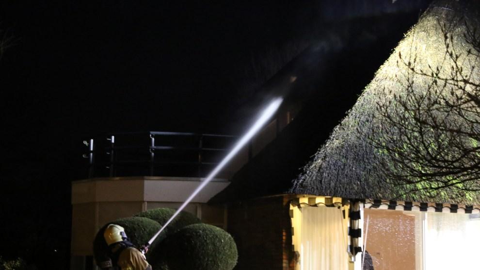 Schoorsteenbrand in rietgedekte woning in Wierden