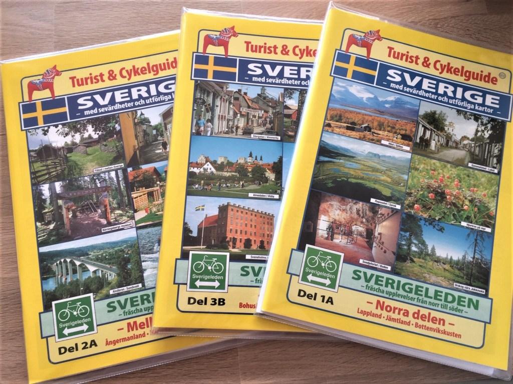 De tre kartheftene over Sverige dekker sykkelveiene i hele landet.