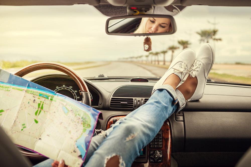 Studerer kart i bil