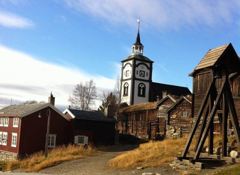 Røros kirke troner majestetisk over den gamle trehusbebyggelsen.