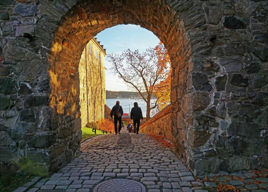 festning Oslo to personer gjennom tunnel
