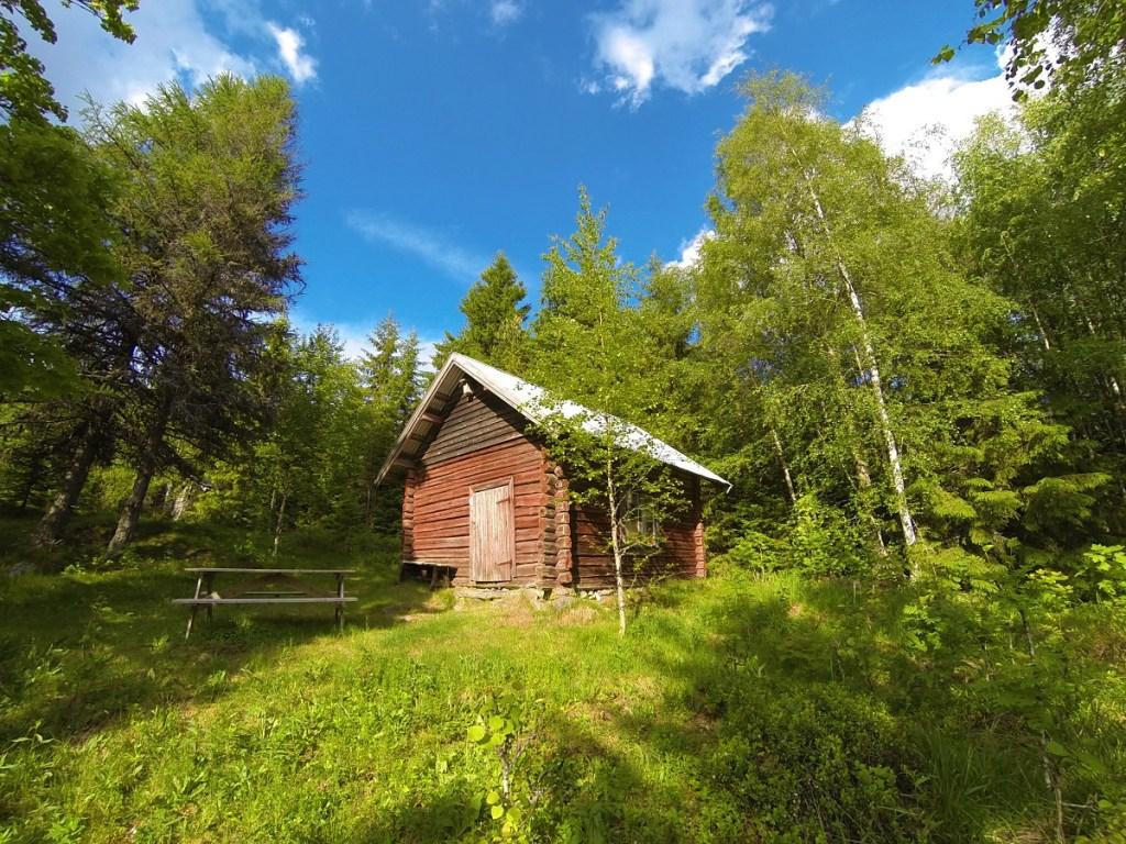 Kvåho er en av flere gamle koier du kan raste ved langs Finnskogrunden.