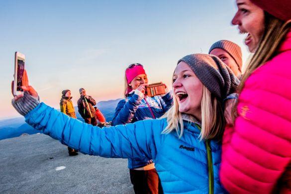 Blide jenter tar selfie på fjellet
