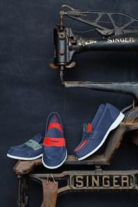 Blå Aurlandssko utstilt på en gammel symaskin fra Singer.