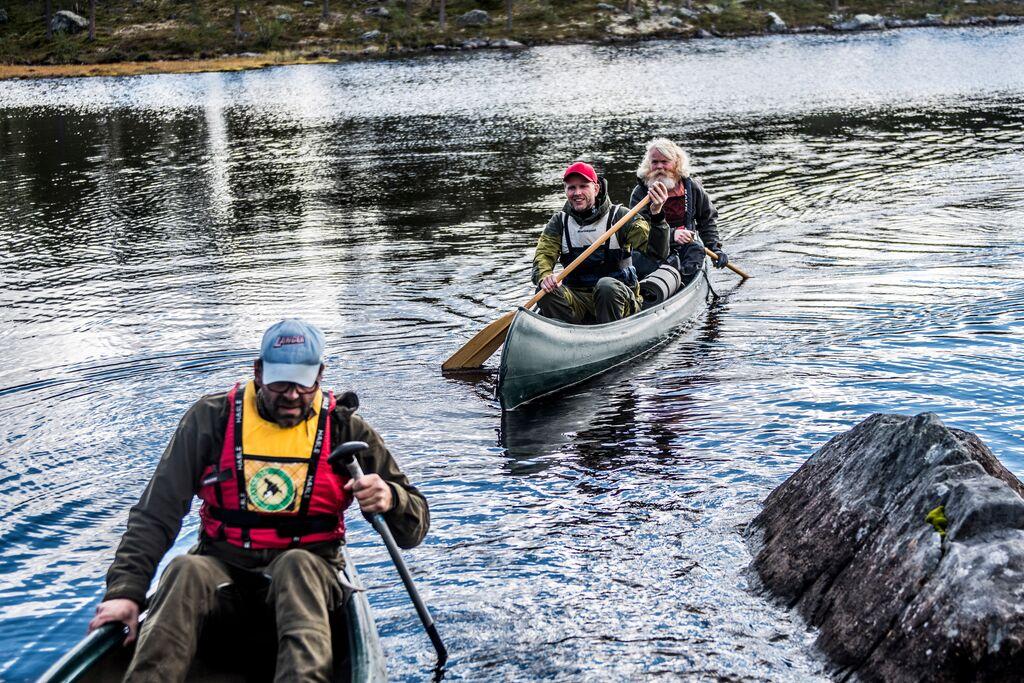 Tre menn på kanotur i Femundsmarka.