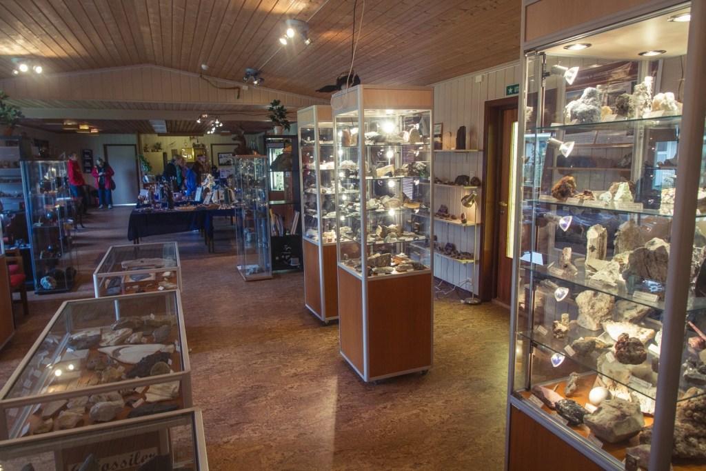 Leka Steinsenter har en utstilling som viser Lekas dannelse og geologiske oppbygging.