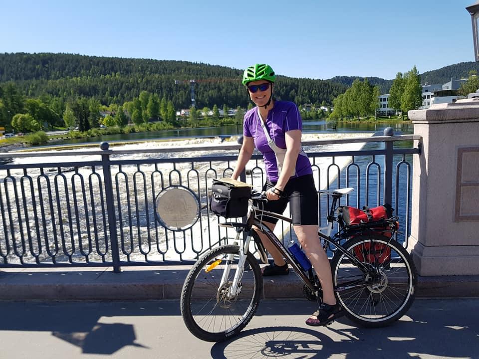Dame på sykkel fotografert på bro i Kongsberg.