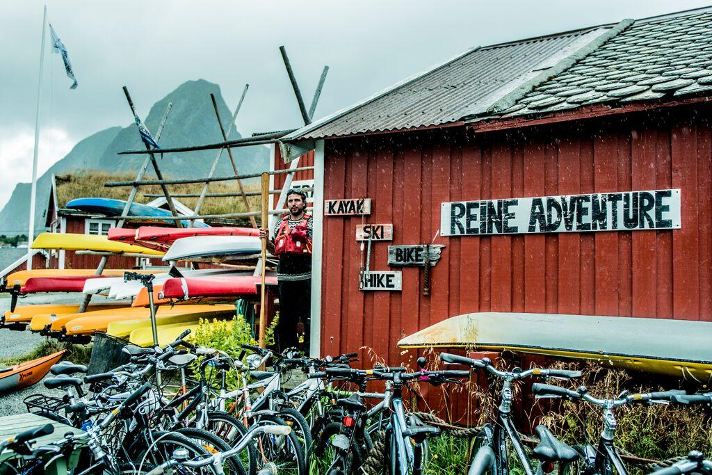 Bilde av rorbu i Lofoten med utleie av sykler og kajakker.