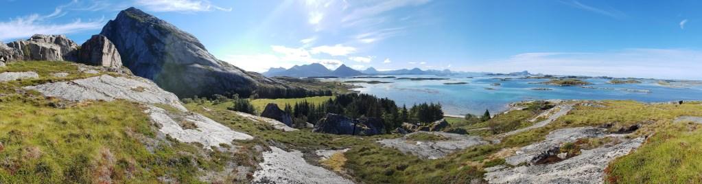 Et vakkert panoramabilde av øya Bolga med Bolgtinden til venstre og skjærgården ut til høyre.