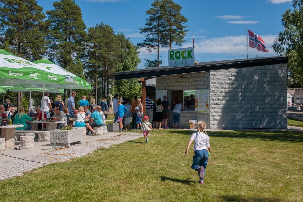 Utekafeen er et et populært stoppested på en tur rundt i parkene. Menge mennesker sitter i sola og spiser god mat og is.