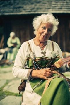 Vikingdame som jobber med tradisjonelt håndverk.