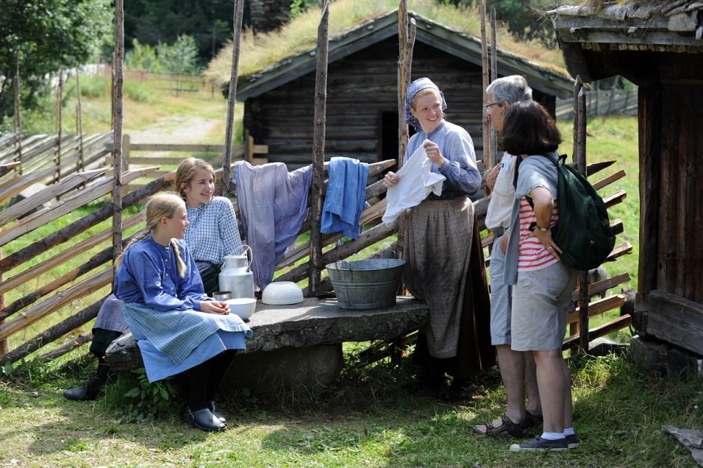 Det er mange aktiviteter på setra på Maihaugen. Barn og mor kledd i gamle klæ viser hvordan man levde i gamle dager.