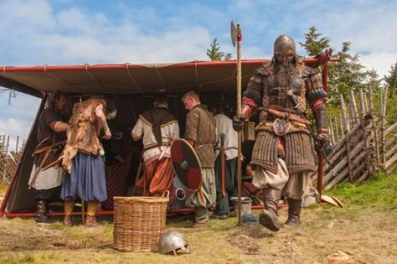 Gjeng med vikinger i full mundur på Avaldsnes på Karmøy.