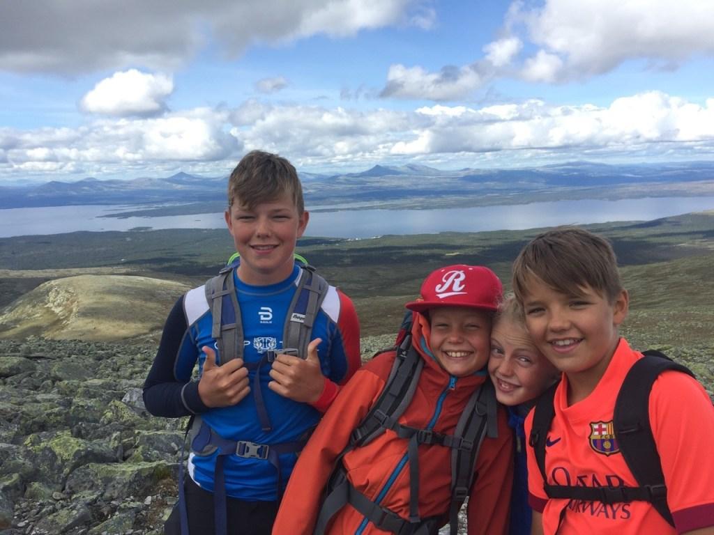 Fire unge mennesker på fjelltur i Engerdal.