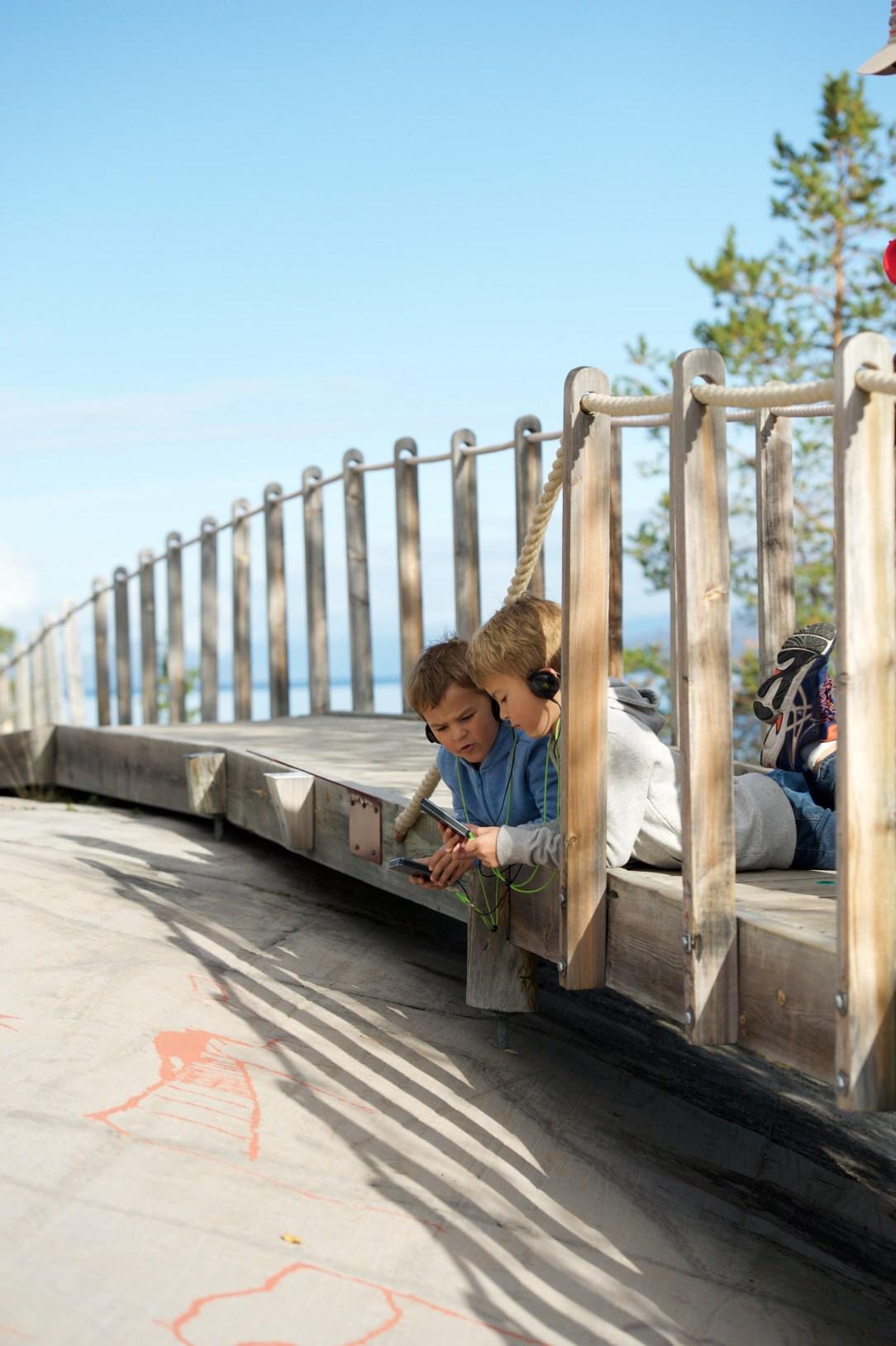 Barn ser på helleristninger i Alta