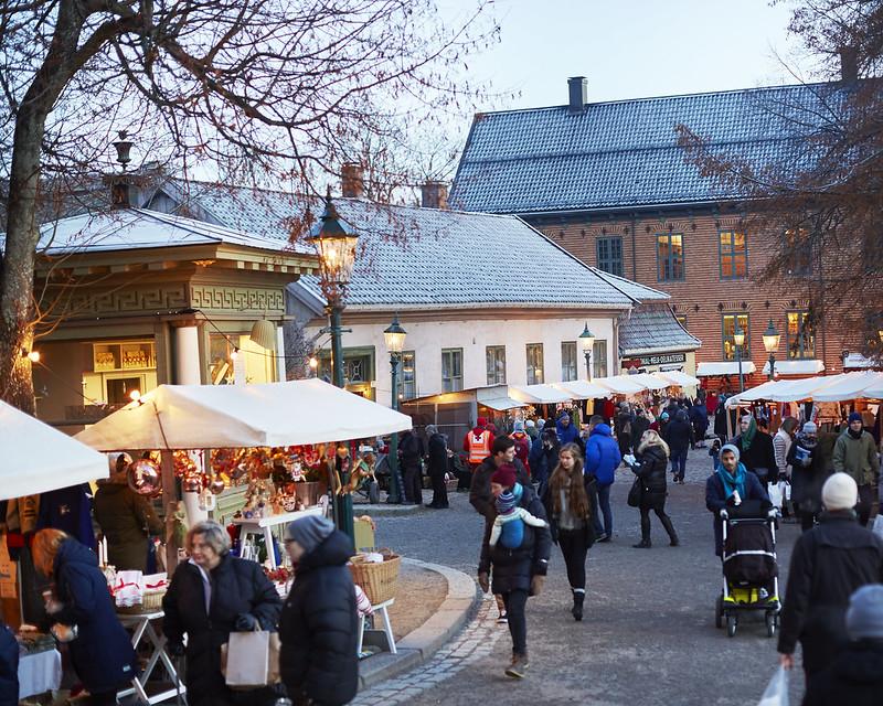 Julemarked på Norsk Folkemuseum. Mange mennesker og boder og stor stemning.