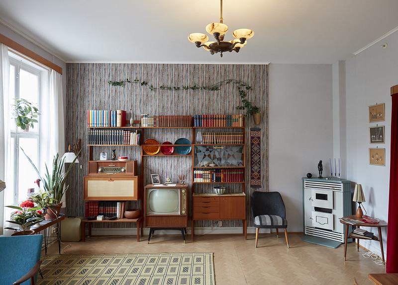 Interiør fra eldre 60-talls OBOS-leilighet med parafinovn sort/hvitt TV og bokroa bokhylle.