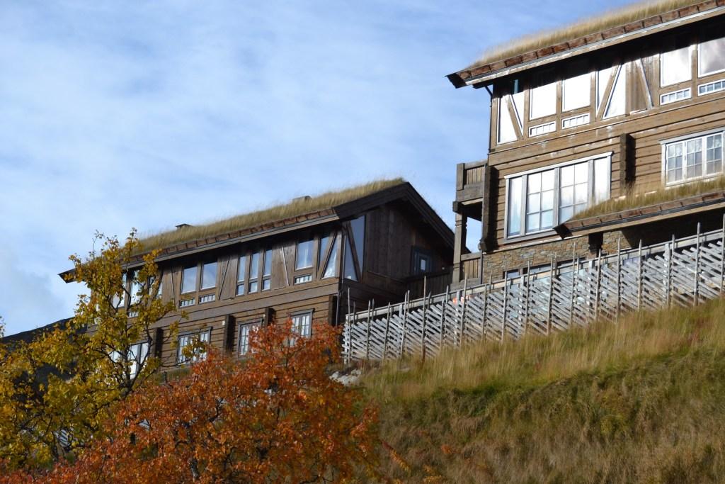 Høyfjellshotell med skigard på Hovden i Setesdal. Det er høst og høstfarger.