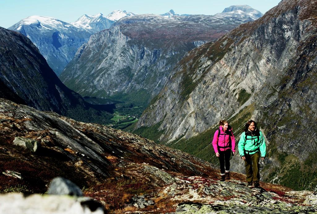 To personer går tur i spektakulært terreng langs Aursjøvegen i Sunndal.