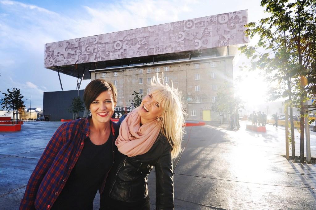 Jenter poserer foran Rockheim.