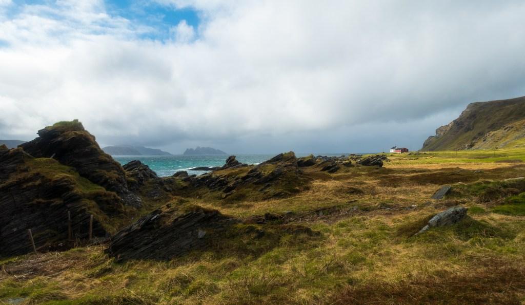 Norges fjerde største øy strekker seg over to kommuner; Hammerfest og Hasvik. Landskapet varierer fra bratte fjellsider som stuper ned i havet, til lettgått viddeterreng.