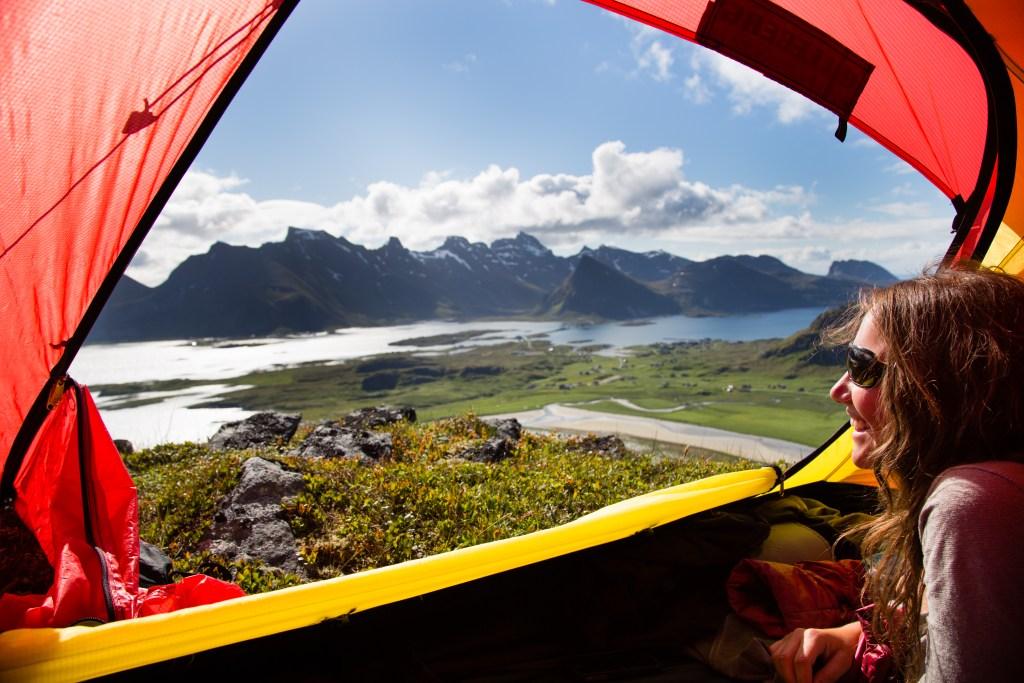 Jente ser på Lofoten fra telt