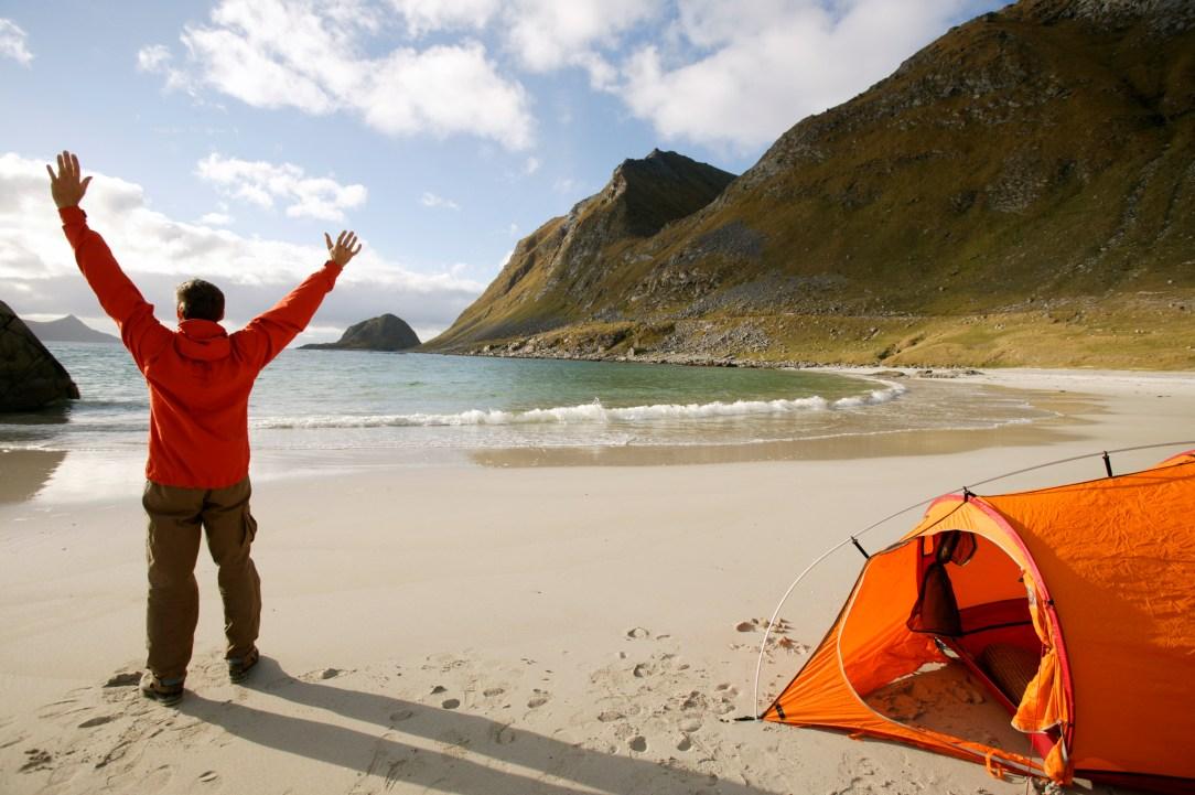 Mann på stand i telt Lofoten