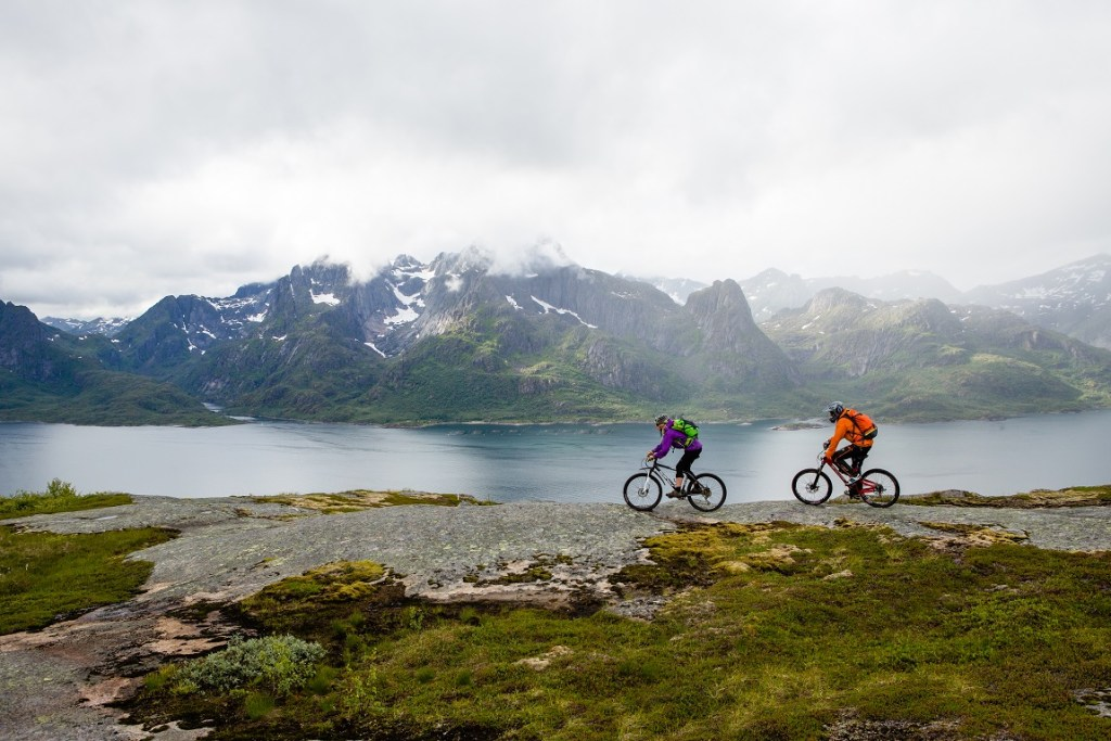 Par på sykkel i Lofoten