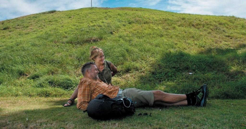Hvilepause to personer grønt gress