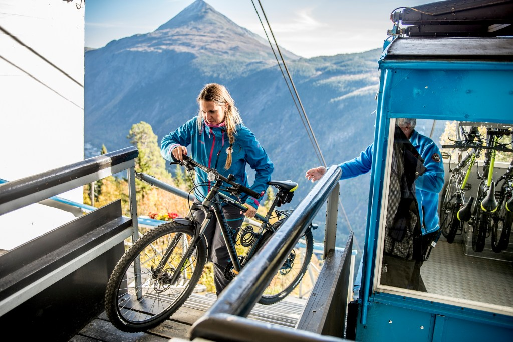 Dame med sykkel Krossobanen Rjukan
